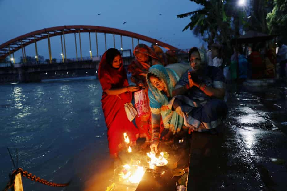 Un grupo de presagios reza a orillas del Ganges antes del primer Shahi Snan en