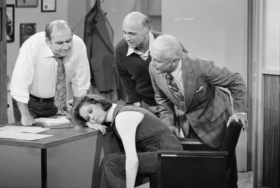 Gavin MacLeod, segundo desde la derecha, como Murray Slaughter en Mary Tyler Moore