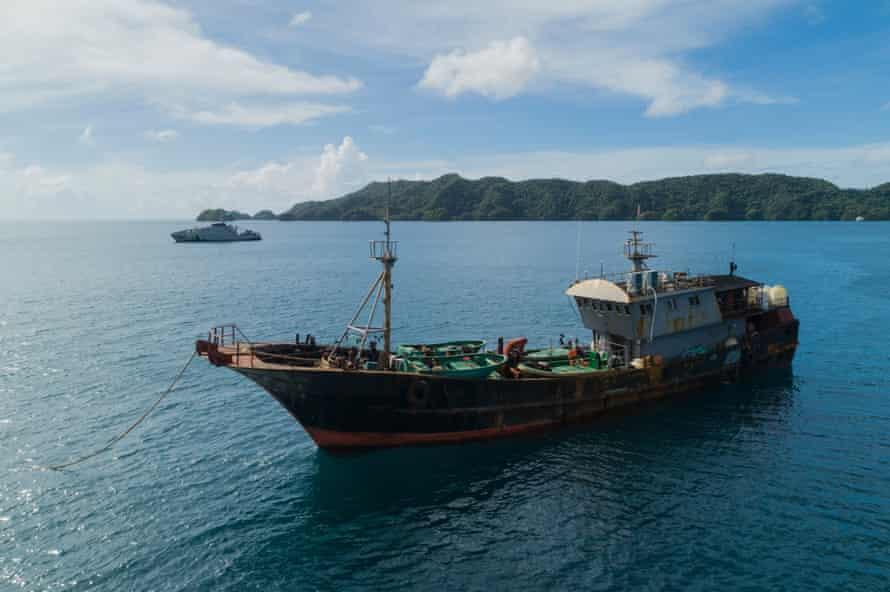Barco pesquero chino arrestado por las autoridades de Palau bajo sospecha de recolectar pepino de mar ilegalmente.