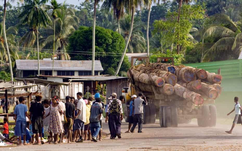Un camión maderero pasa por el pueblo de Vanimo, Papua Nueva Guinea, en ruta hacia el campamento maderero de Vanimo Forest Products, donde los troncos se cargarán en un barco para exportarlos a China.