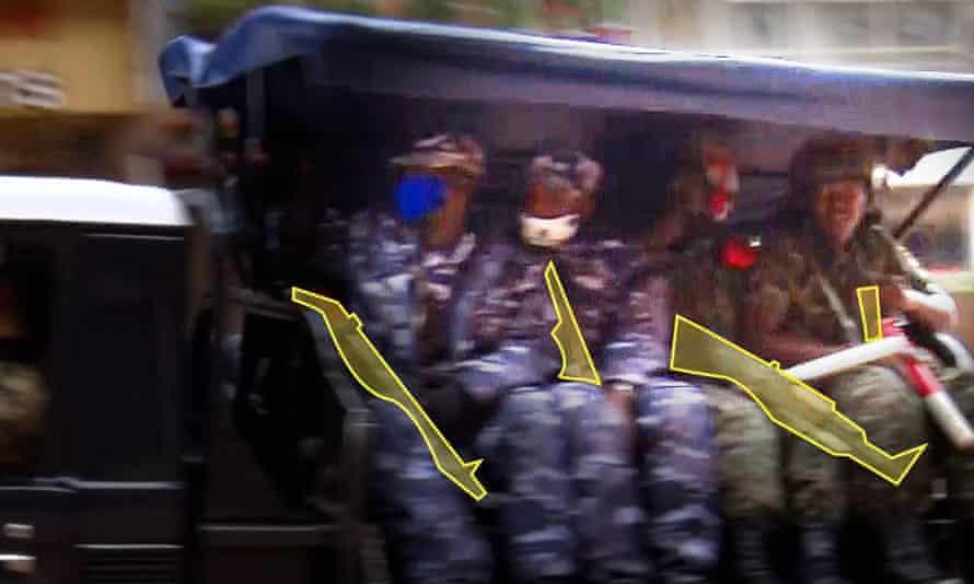 Otra imagen de BBC Africa Eye destaca las armas utilizadas por las personas a bordo de la camioneta patrulla.