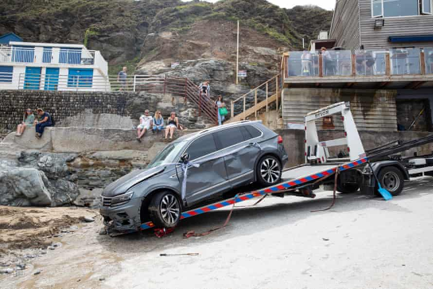 El automóvil remolcado en un remolque de recuperación.