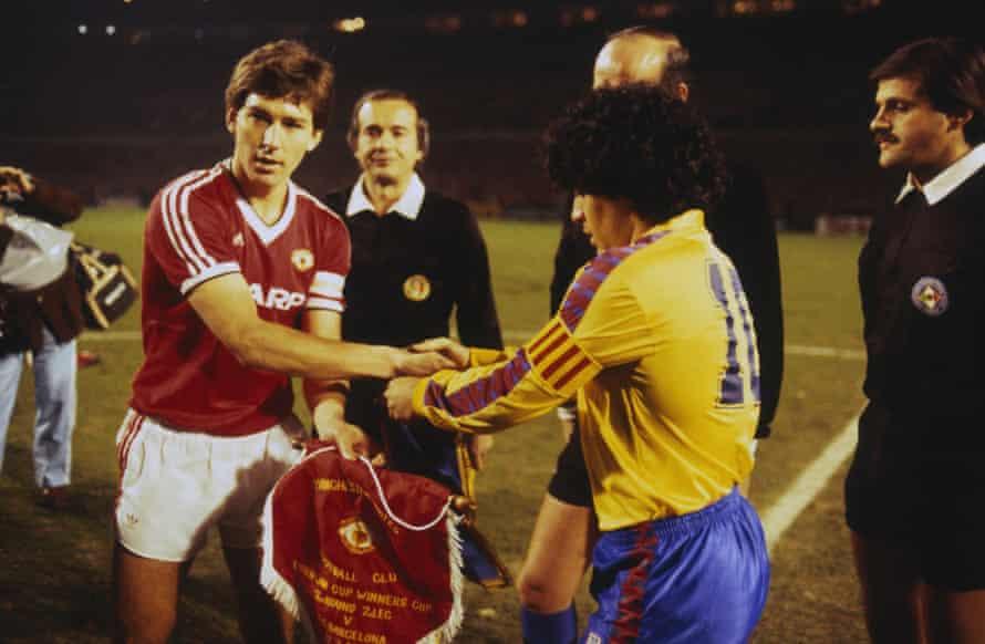 Bryan Robson le da la mano a Diego Maradona antes del partido de vuelta de cuartos de final de la Recopa de Europa en marzo de 1984.