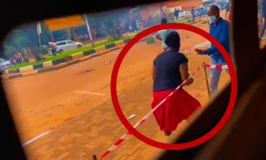 Una imagen tomada de imágenes analizadas por BBC Africa Eye, que muestra a Kamuyat Ngobi rodeado.