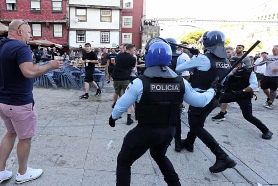 La policía está interviniendo para poner fin a una pelea que comenzó entre simpatizantes que bebían junto al río Duero el viernes.