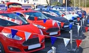 Una explanada comercial de un concesionario de automóviles Ford
