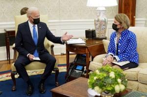 Joe Biden saluda a la senadora Shelley Moore Capito durante una reunión de infraestructura en la Oficina Oval.