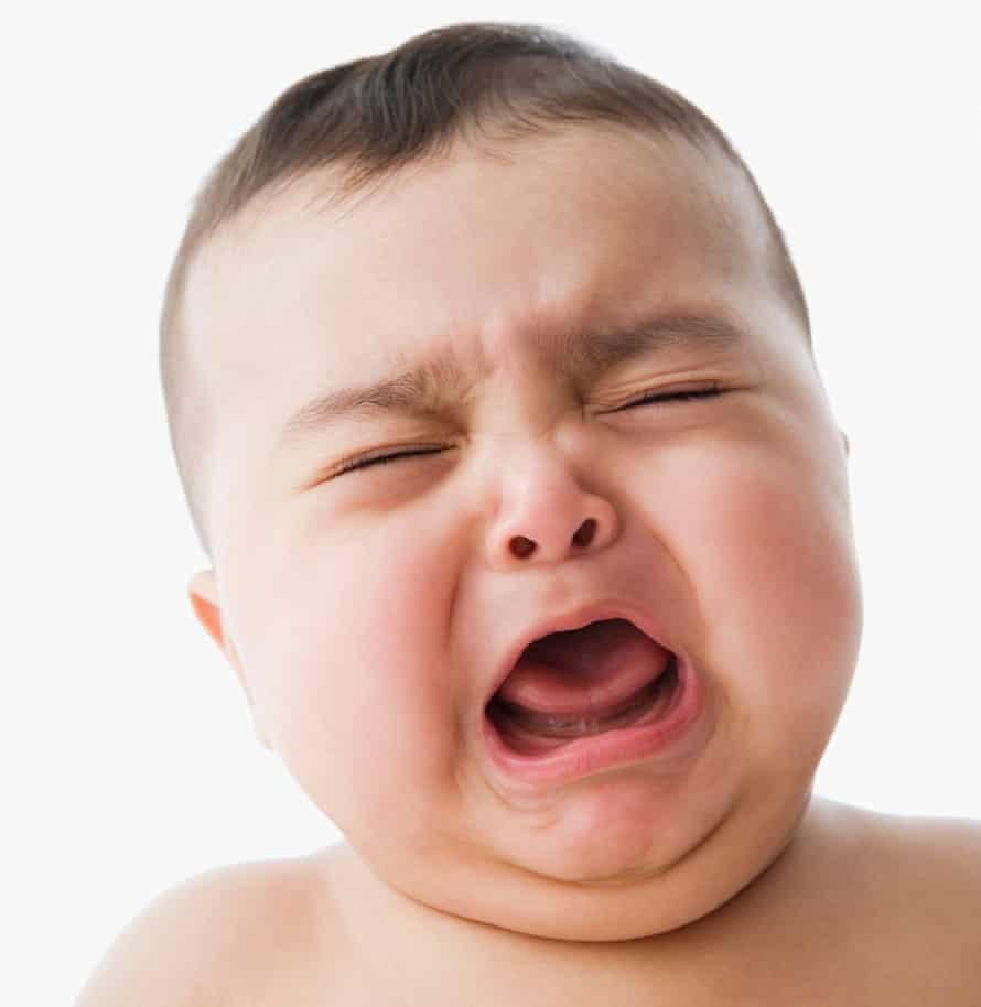 Foto de estudio de bebé llorando