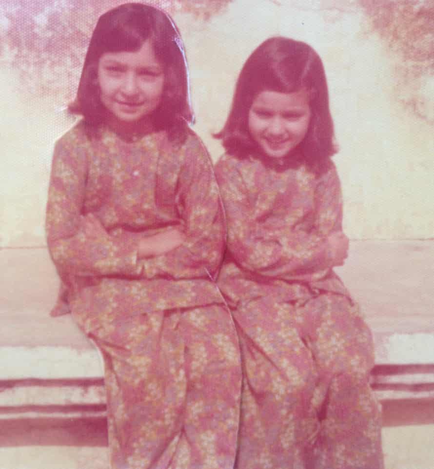 Fauzia de siete años (izquierda) y Arifa de cuatro años con sus abuelos en Lahore, Pakistán, 1976.