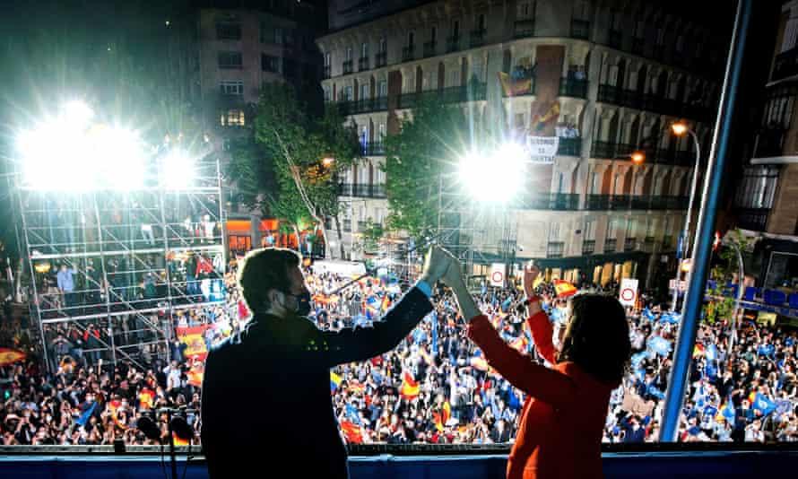 La líder del Partido Popular Isabel Díaz Ayuso con el líder del partido nacional Pablo Casado mientras celebran los resultados en la sede del partido en Madrid el martes por la noche.