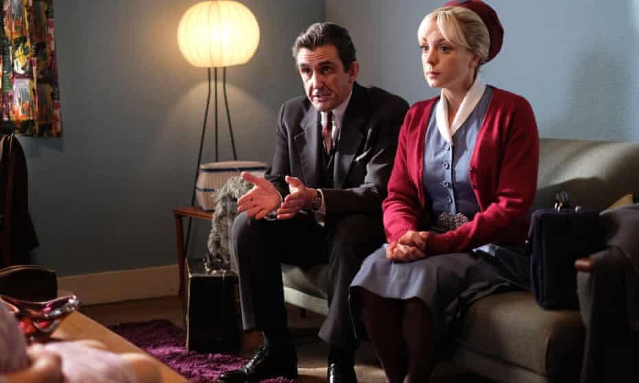 El Dr. Turner (Stephen McGann) y la enfermera Trixie Franklin (Helen George) durante una visita domiciliaria a una paciente embarazada.