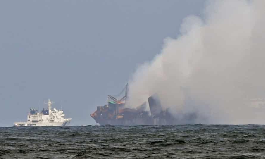 Barco de la Guardia Costera de la India intenta apagar el fuego mientras el humo se eleva desde el MV X-Press Pearl