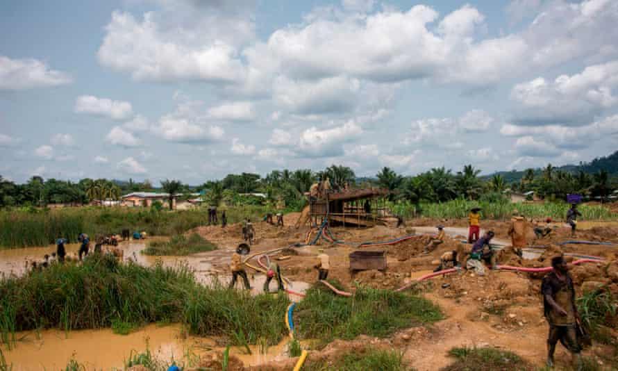 Mineros de oro, Kibi, Ghana. El informe encontró que los niños estaban trabajando en las minas del condado cuando la práctica era ilegal.