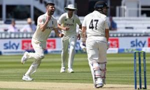 Mark Wood celebra la toma del wicket de Watling.