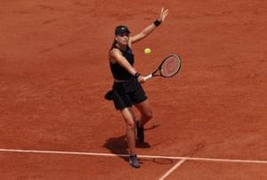 Paula Badosa juega un drop shot.