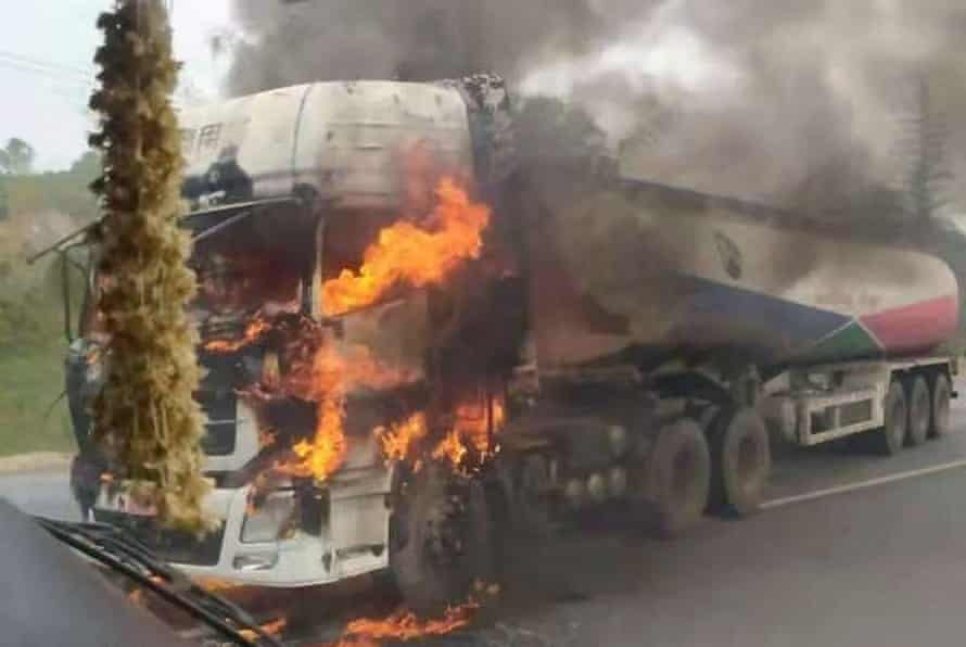 Un camión cisterna se quema después de que los rebeldes lo incendiaran en el estado de Shan de Myanmar el mes pasado.