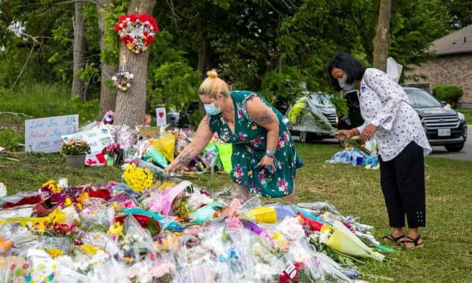 Un monumento improvisado a un ataque motivado por el odio que mató a cuatro miembros de una familia musulmana en Londres, Ontario, el domingo por la noche.