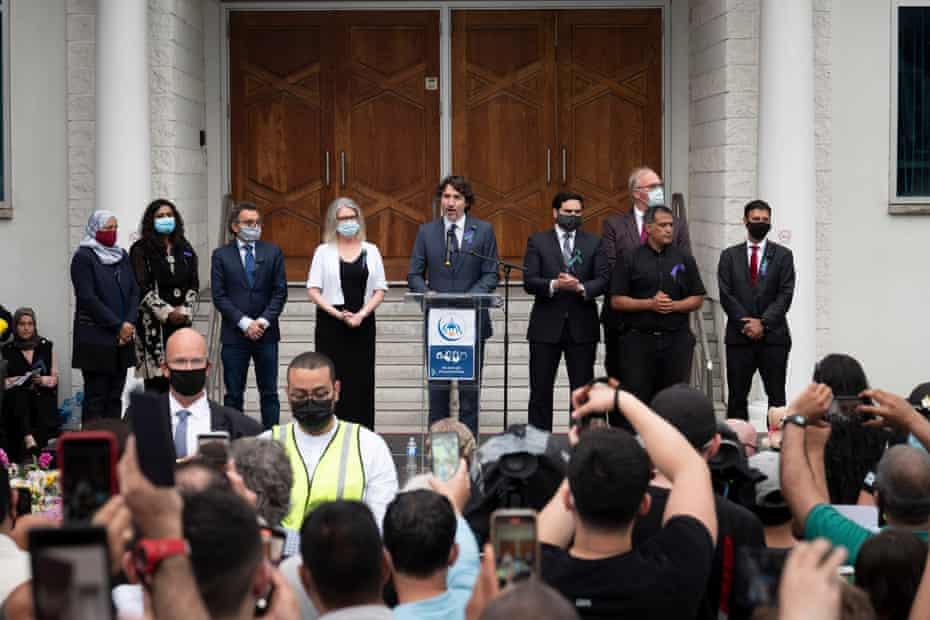 El primer ministro canadiense, Justin Trudeau, se dirige a los miembros de la comunidad musulmana y sus partidarios durante una vigilia en la Mezquita Musulmana de Londres el martes en Londres, Canadá.