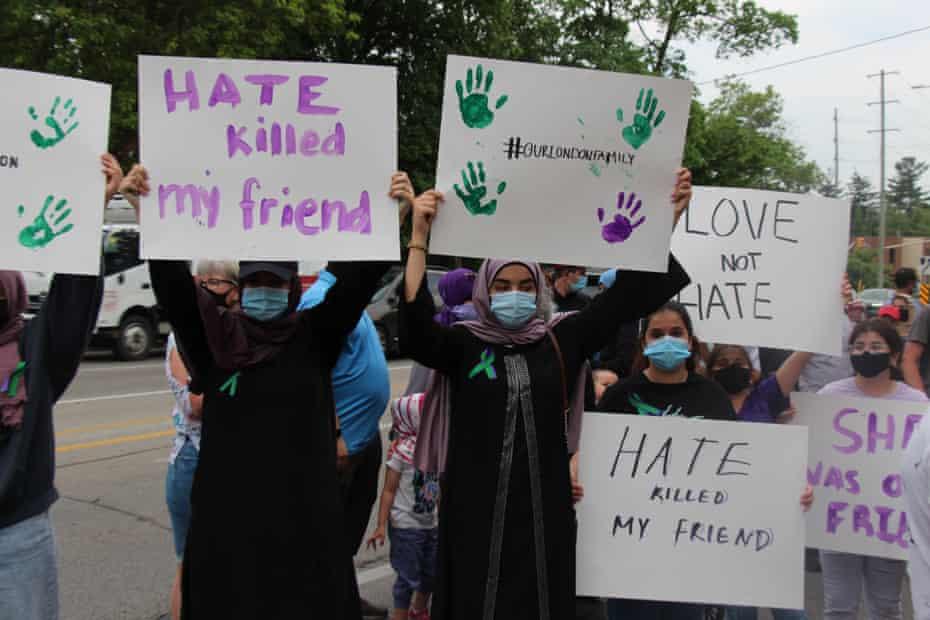 La gente asiste a una vigilia en honor a cuatro miembros de una familia musulmana que murieron cuando un hombre chocó deliberadamente contra su camión en London, Ontario, Canadá.