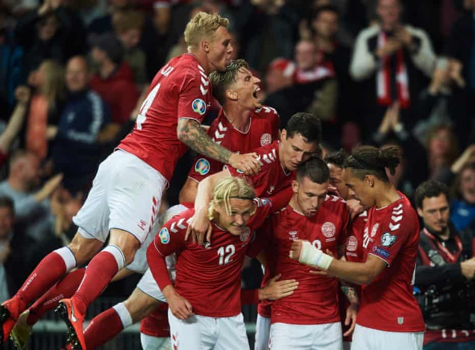 Dinamarca celebra tras anotar su primer gol en el partido de clasificación en casa para la Eurocopa 2020 contra la República de Irlanda