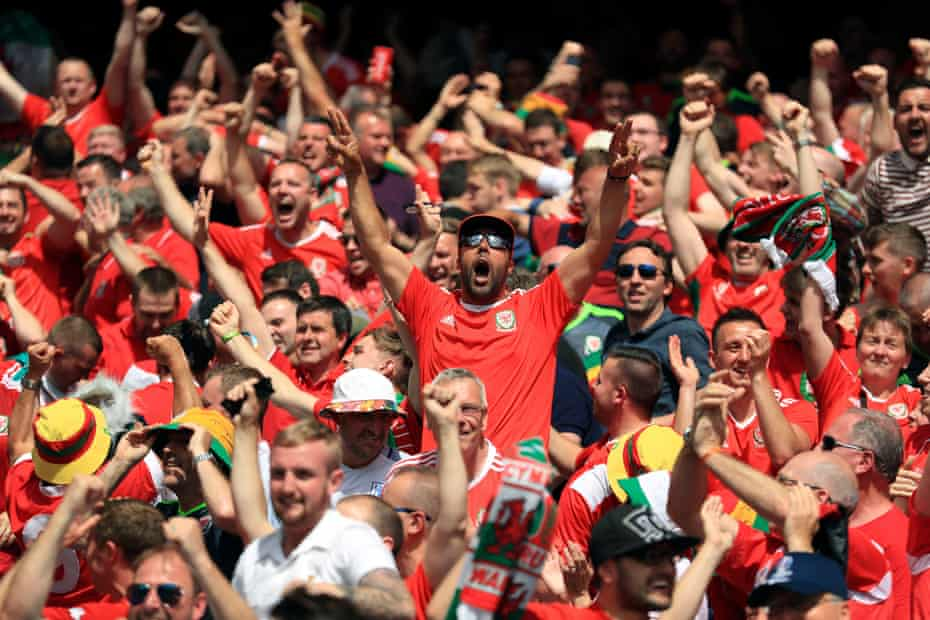 Los aficionados galeses celebran su primer gol contra Eslovaquia en la Eurocopa 2016, anotado por Gareth Bale