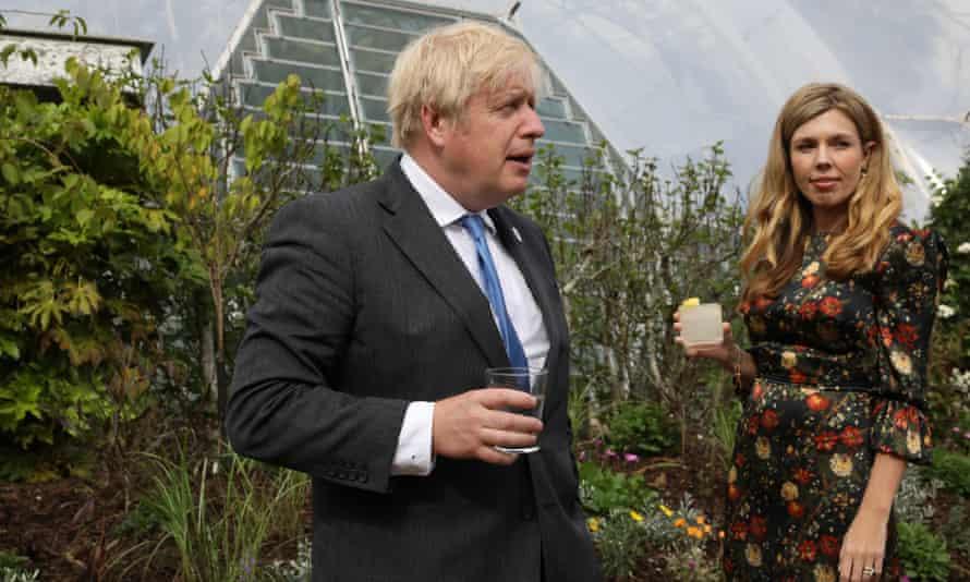 Boris Johnson y su esposa, Carrie Johnson, asisten a una recepción en el Eden Project en Cornwall, Inglaterra.