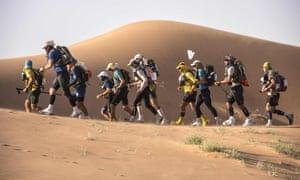 Competidores del Marathon des Sables en el desierto del Sahara marroquí, 2018.