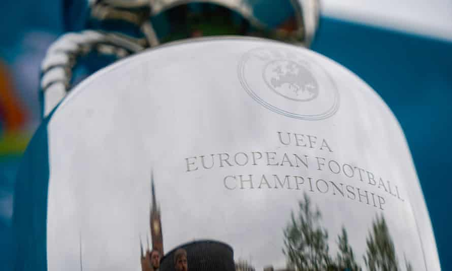 La estación de Kings Cross en Londres se refleja en el trofeo del Campeonato de Europa en preparación para el torneo continental.