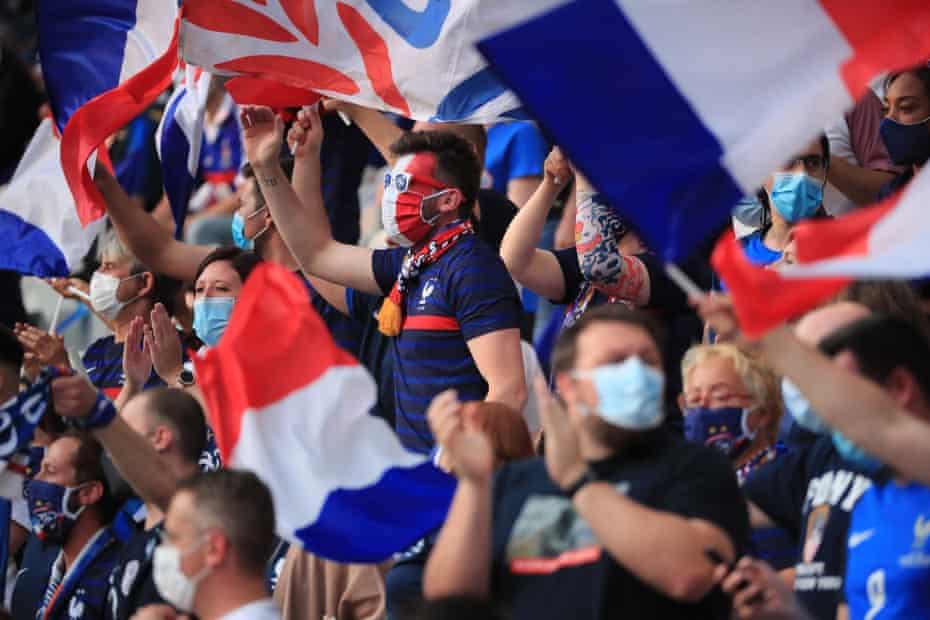 La afición francesa anima a su equipo antes del amistoso en casa contra Bulgaria en Saint-Denis