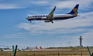 El vuelo FR1080 de Ryanair desde Londres Stansted aterriza en el Aeropuerto Internacional Humberto Delgado.