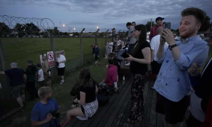 La gente espera a ver el Air Force One, con Joe Biden y la Primera Dama Jill Biden, despegar anoche de RAF Mildenhall en Suffolk de camino a Cornwall.