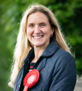 La candidata laborista Kim Leadbeater, hermana del diputado asesinado Jo Cox, haciendo campaña en Heckmondwike, West Yorkshire, antes de las elecciones parciales de Batley y Spen. Fecha de la fotografía: lunes 24 de mayo de 2021.