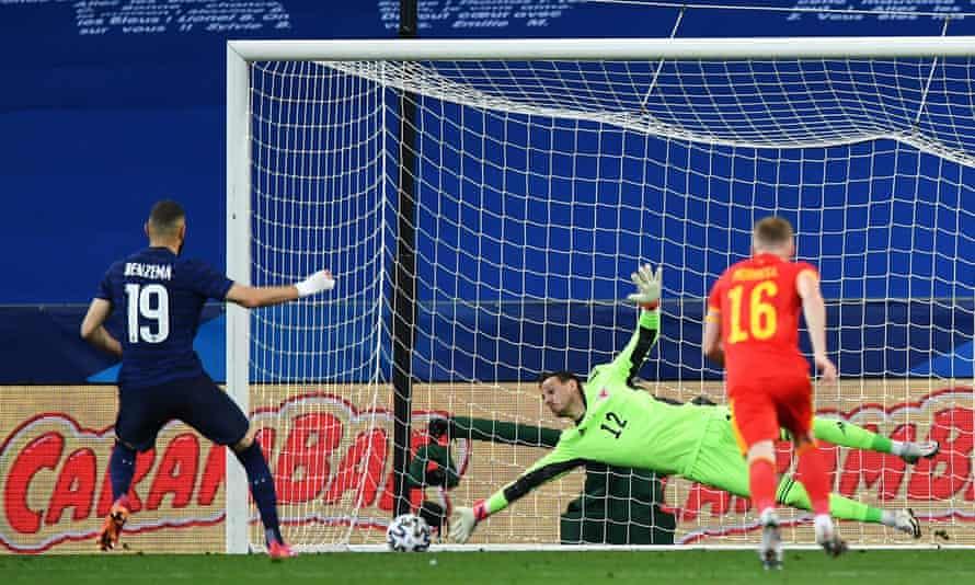 El penalti de Karim Benzema es detenido por Danny Ward.