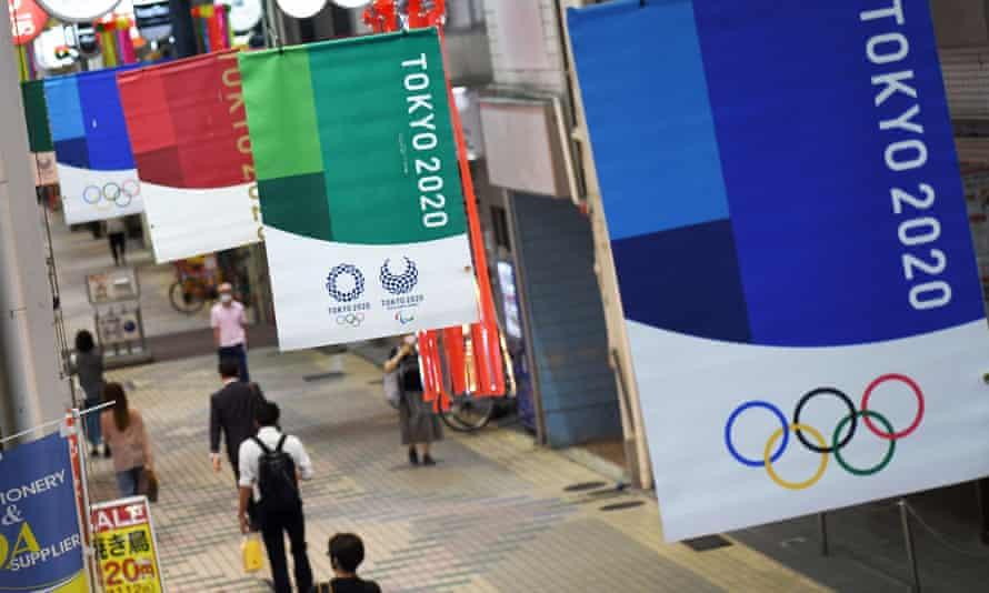 Pancarta de los Juegos Olímpicos de Tokio 2020 en exhibición cerca de la estación de Nakanobu en Tokio