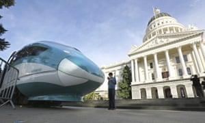 Maqueta a gran escala de un tren de alta velocidad en exhibición en el Capitolio del Estado de California en Sacramento. El mes pasado, el gobernador Gavin Newsom ofreció gastar $ 11 mil millones en mejoras de transporte, la mitad de los cuales en un tren bala en dificultades destinado a conectar las principales áreas metropolitanas de California eventualmente.