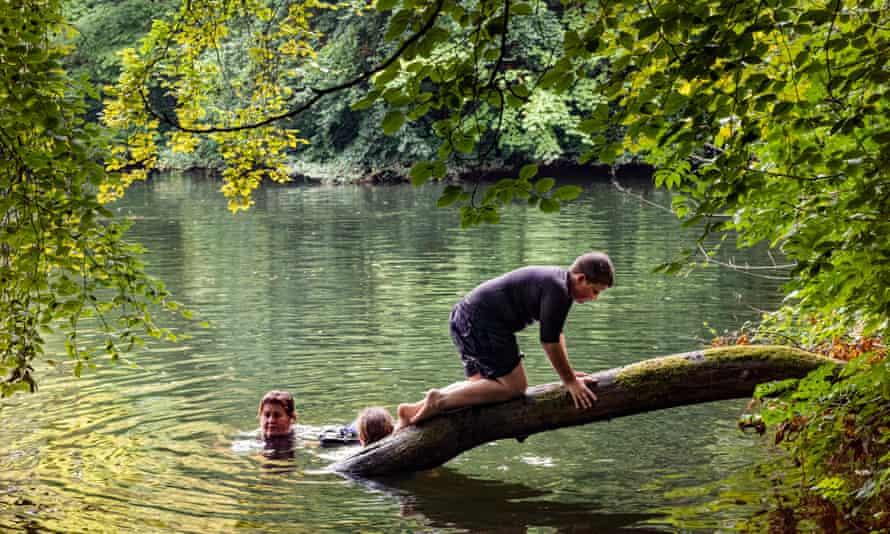Fran monoparental, nadando salvajemente con los niños Dominic y Penny