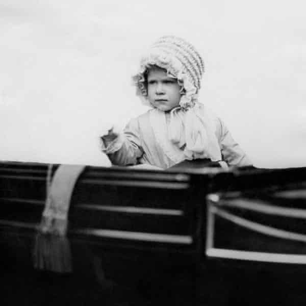 La princesa Isabel del día saludó desde un automóvil en Londres en 1928