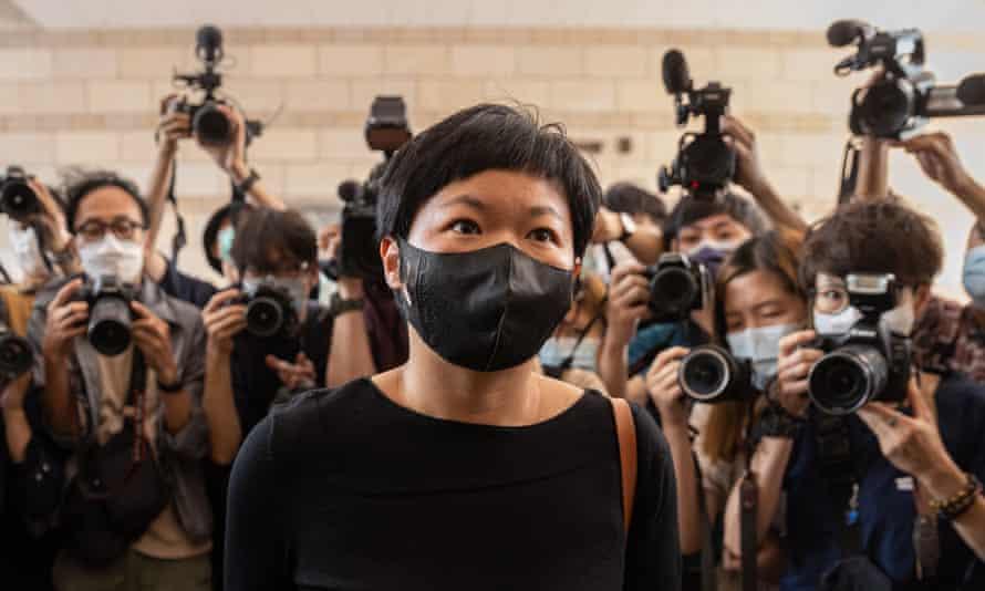 El reportero de Radio Television Hong Kong (RTHK) Bao Choy llega a la corte de West Kowloon en abril.