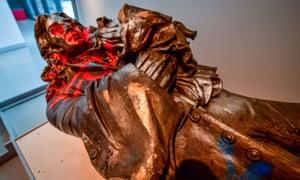 La estatua del comerciante de esclavos Edward Colston, derribado en una protesta de Black Lives Matter el 7 de junio de 2020, en exhibición en M Shed en Bristol