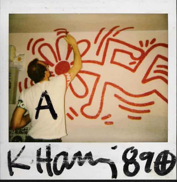 Una Polaroid de Haring pintando el mural en el club Ars Studio, Barcelona, en 1989.