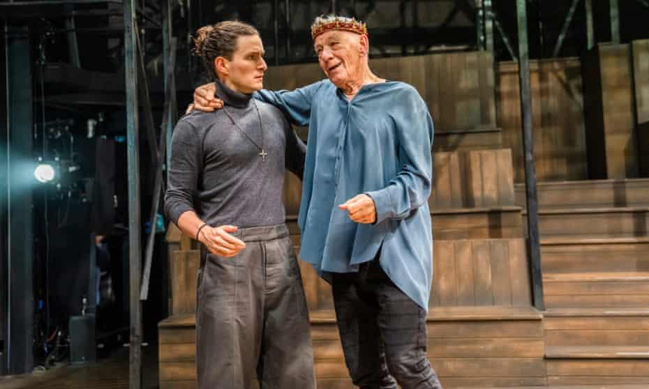 Ben Allen como Horatio con Ian McKellen como Hamlet.