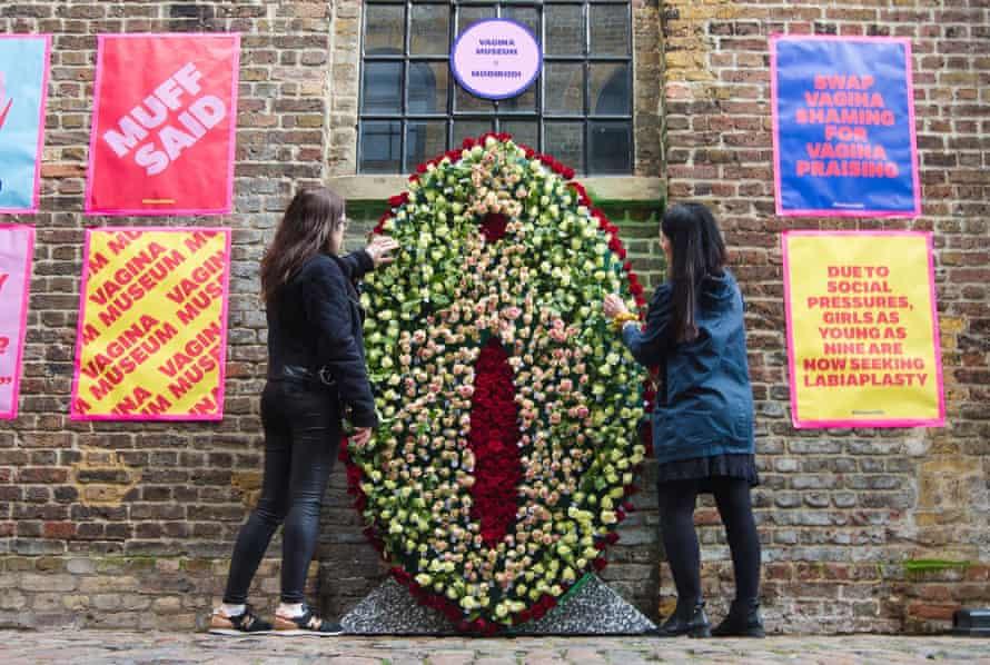 Una instalación de flor de vulva en el Museo de la Vagina en Camden, al norte de Londres, en febrero