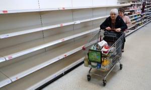 Estantes vacíos en un supermercado Sainsbury. (Foto: Mike Egerton / PA Wire)