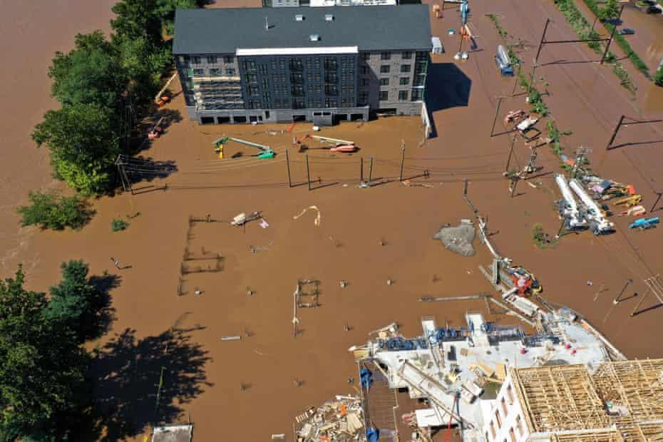 Las carreteras están cubiertas de agua de las inundaciones en Bridgeport, Pensilvania.