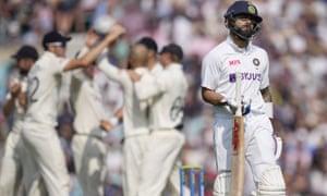 Indian Virat Kohli abandona el campo después de ser sorprendido por el inglés Craig Overton en la bolera del inglés Moeen Ali