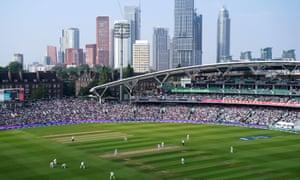 Campo de cricket ovalado con edificios de gran altura en el fondo