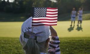 Fan ve a Estados Unidos y Europa jugar en el sexto hoyo