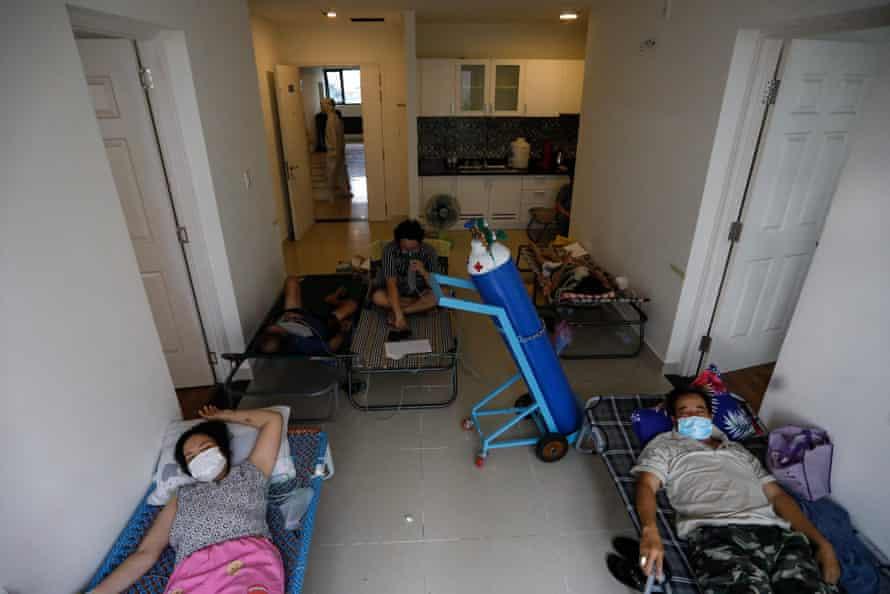 Los pacientes de Covid-19 reciben oxígeno en una sala improvisada en un hospital de campaña en la ciudad de Ho Chi Minh, mientras Vietnam se ve afectado por una cuarta ola.