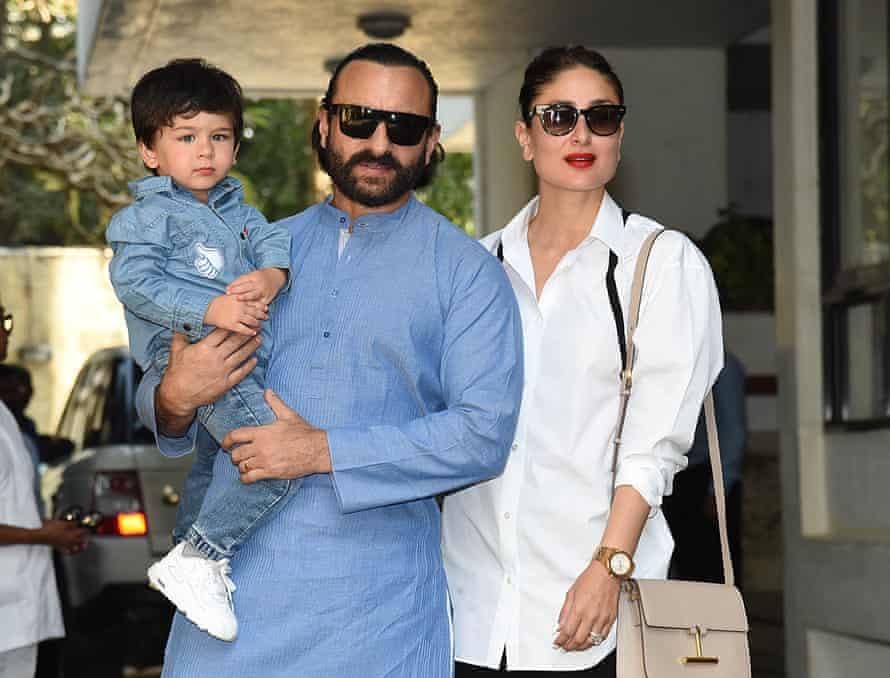 Kapoor Khan con su esposo, Saif Ali Khan, y su hijo mayor, Taimur en 2018.