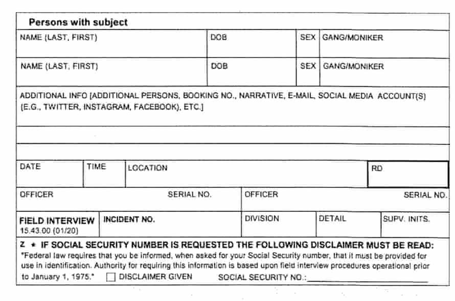 Los agentes de policía de Los Ángeles son responsables de completar las tarjetas de entrevistas de campo que registran información en las redes sociales.